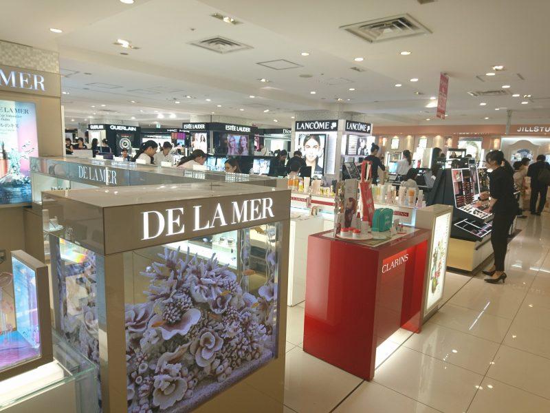 百貨店の化粧品売り場